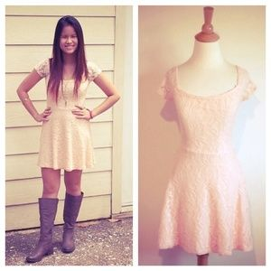 🎉HP🎉Pale Peach Stretch Lace Dress