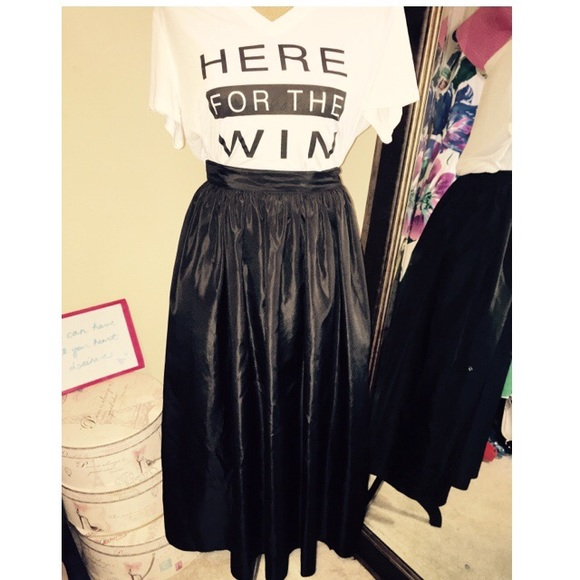 Dresses & Skirts - Size 8 Black midi skirt with tulle lining
