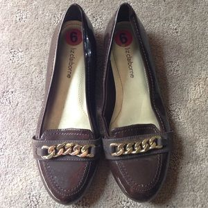 Brown patent loafer with chain