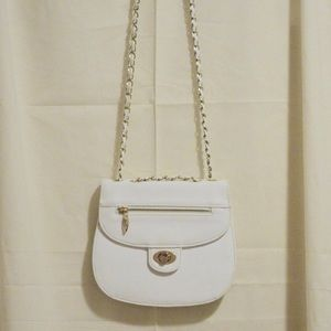 A timeless cross body bag in white with chains!