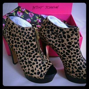NEW Betsey Johnson  Heart Leopard Heels