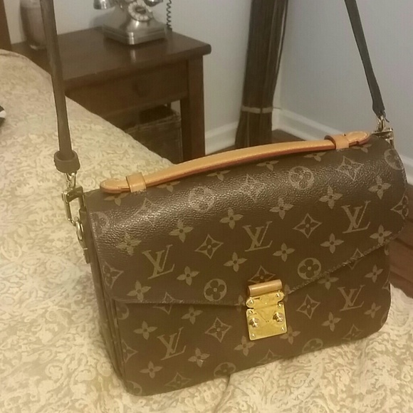 0dad7e4e7b0dd Louis Vuitton Handbags - Pochette metis louis Vuitton