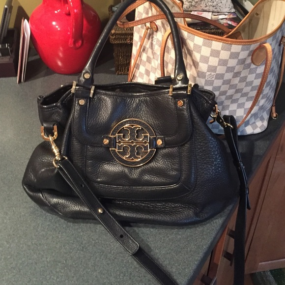 b8ce11391a1 Tory burch classic Amanda black leather hobo. M 552ae56cfeba1f16c300ebce