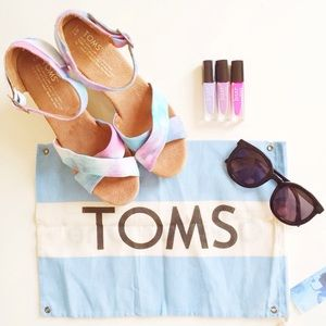 TOMS Shoes - 🆕NWT TOMS Strappy Tie Dye Wedges w/bag