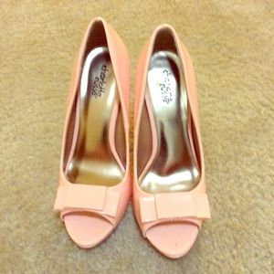 Light pink bow pumps