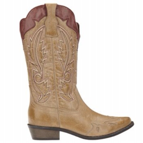 Country Outfitter has a great selection of the latest styles of Cowgirl Boots from brands including: Corral, Ariat, Justin, Lucchese, Laredo, Dan Post, Twisted X and more!