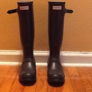 Hunter rain boots size 8. Navy.