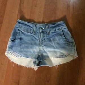 Bleach Levi shorts stretch fabric