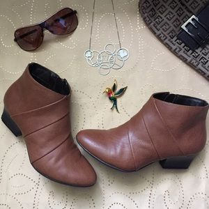 ⚡️️FLASH SALE⚡️ Brown Ankle Booties Size 6