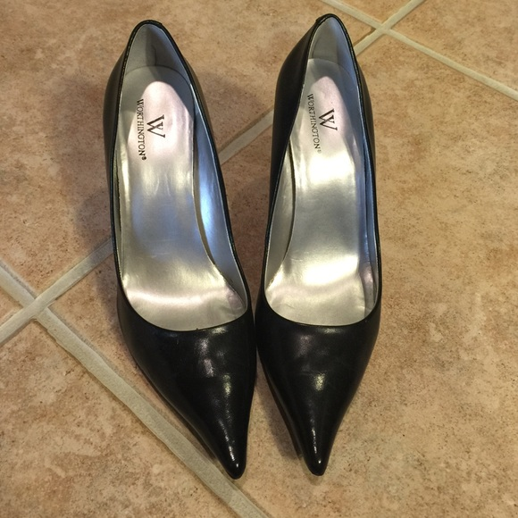Worthington black leather pumps