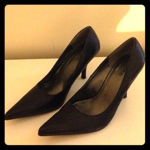 Point toe black high heel pumps