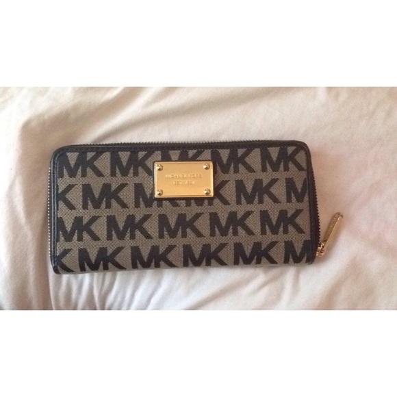 4cc6d74e083b Black and Tan Michael Kors wallet. M_553d270df739bc19ec00bdc2