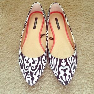 Black and white pointy-toe flats