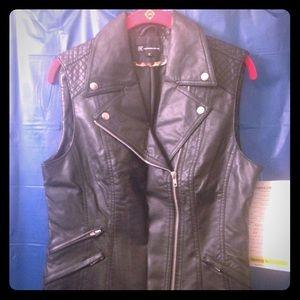 Pleather vest with details - sz. M