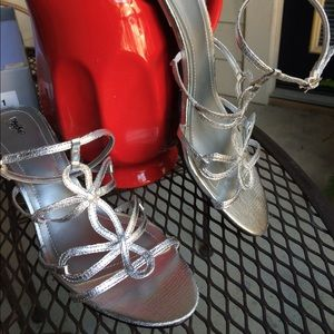 ✂️6/29! Strappy silver dress heels NIB