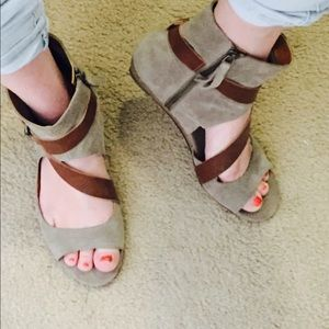 EUC Nine West suede & leather taupe grey sandals 9