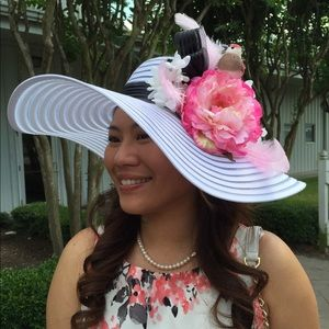Splendeur's Boutique Pick Accessories - 🎉HP🎉✨White Derby Hat w/ Floral & Bird✨
