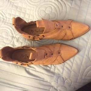 tan pointed toe Matisse booties. size 7 1/2