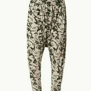 Amazing Forever 21 Camo Harem pants size small!