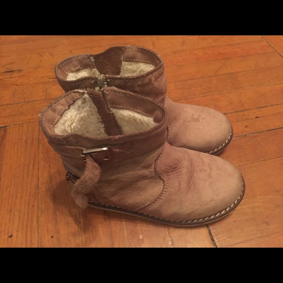 Zara Baby Girl boots size 20 *Burgundy Chelsea style boots *Cut our star details to sides *Elasticated detail *zips to insides to help get on *Tabs at backs to help pull on *Brown detail around sole Excellent used condition worn twice.