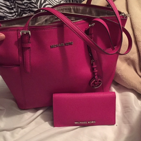 e01ab3b3e91f ... new zealand authentic michael kors purse and matching wallet.  m5565ee4a7fab3a5465015c1b 50d94 86111