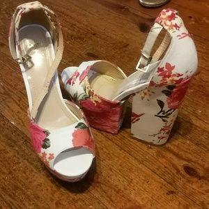 Shoedazzle size 6 floral platform wedges!