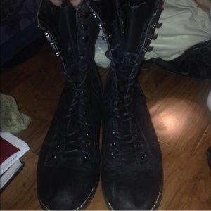 Black combat boot in great condition
