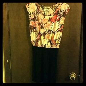Small dress. Floral print on the top