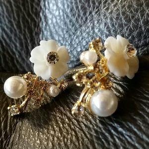 Jewelry - Gold tone delicate flower earings