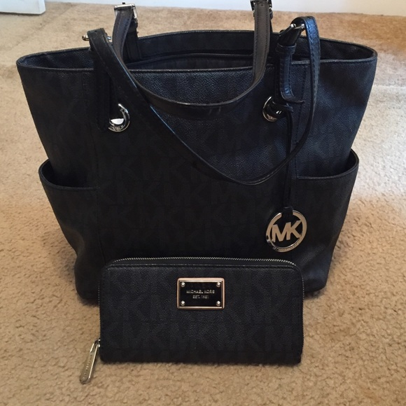 b8d78f9641d4e8 Black Michael kors matching bag and wallet. M_55830e30c46d1f1f3600137b
