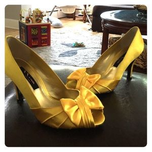 Yellow bow pumps