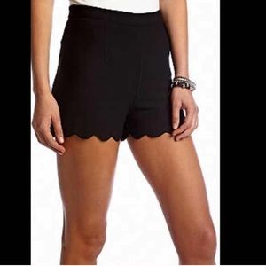 LAST ONE‼️Black Scallop Shorts-SMALL🌷