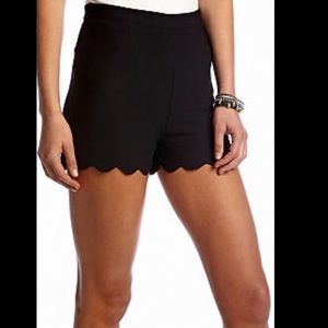 Black Scallop Shorts-MEDIUM🌷