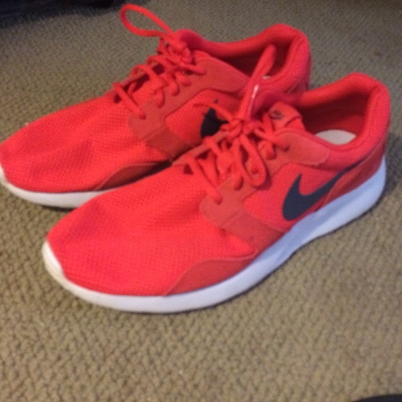 Nike roshe shoes color red