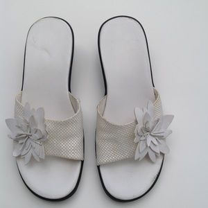Easy Spirit white flower comfort sides 6 / 6.5