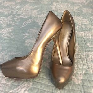 Fergie Shoes - 💋CLOSET CLEAR OUT!💋Gold Fergie pumps. NWT!