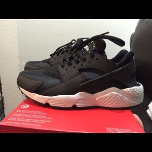 Hard to find Women's Huaraches sz 7 but fits 6 6.5