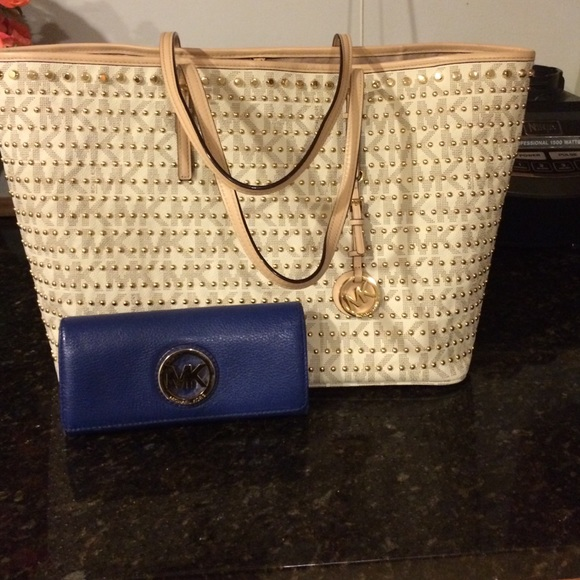 Shop Women's Michael Kors White size OS Shoulder Bags at a discounted price at Poshmark. Description: Small stain on one side of zipper as noted in the picture. The bag is still in great condition and shape! Selling some unused items for money to buy my college books and classes! No offers, thanks. Sold by recyclegenius. Fast delivery, full service customer support.