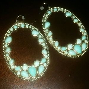 Trendy golden earrings with sea green detail!