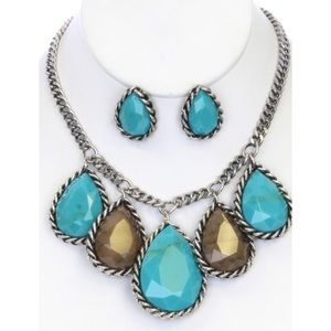 Beautiful teardrop necklace with earrings