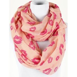 "Accessories - ""Give me a kiss"" scarf"