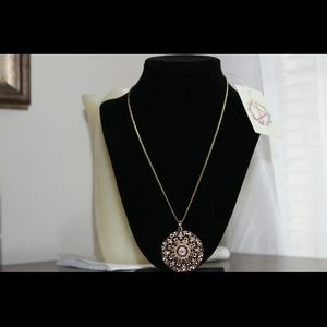 Jewelry - ??HP 9/12/15 Gold Tone Necklace