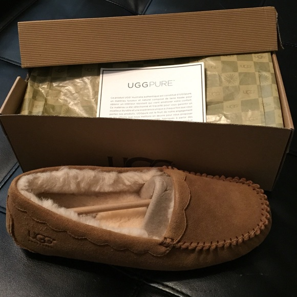 NEW UGG Women's Scalloped Moccasins Size US 9