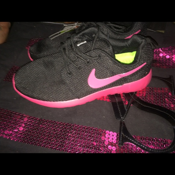 half off c35e7 a9c57 Nike Roshe Run New With Tags 💕😍
