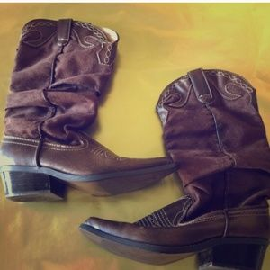 Size 6.5 brown cowgirl boots. Great condition.