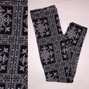 Pants - 🎉😊Printed black and white leggings..