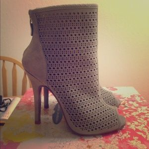 Chinese Laundry Jupiter booties in Grey