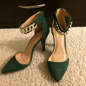 Shoes - Emerald suede pointy shoe with gold chain!