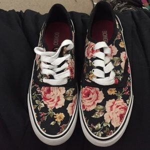 ⭐️ SOLD ⭐️ Lightly worn floral shoes