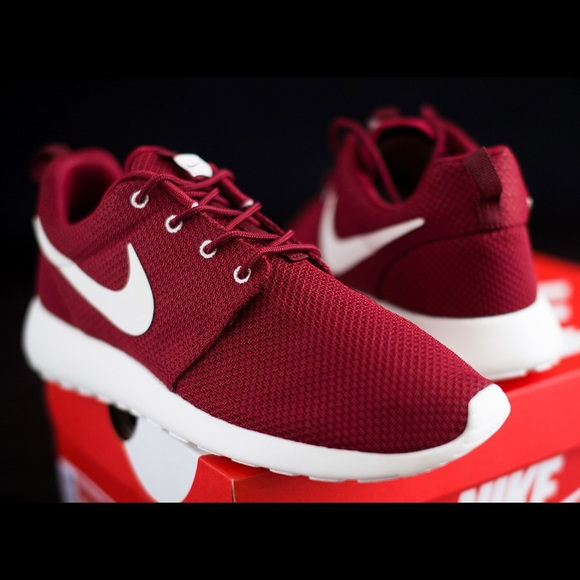 ❗️LOOKING FOR❗️Maroon Nike Roshes - Women's size 8